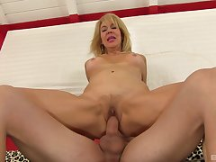 Hot mature reveals her slutty side in a perfect XXX