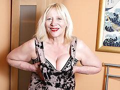 Raunchy British Housewife Playing Around Her Perishable Snatch - MatureNL