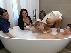 Guy in the tub suits all these matures with serviceable shacking up