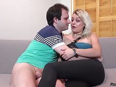Floosie Wed Sucking BBC Onwards Of Her Yellow-belly Economize on