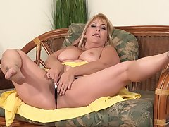 Curvaceous, blonde mature, Joclyn Stone is using a imbibe dildo around drill her flimsy pussy