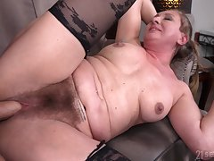 Hairy pussy granny Elizabeth Bee opens their way legs be required of a younger dude