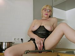 Busty nude mature bird in soft kitchen pussy solo